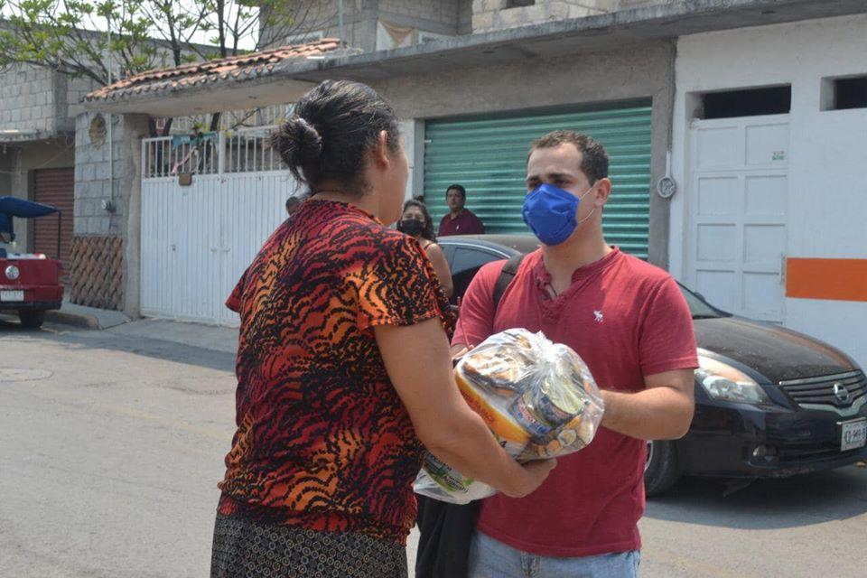 Regidor Ruben Morales Ozaeta distribuye apoyos alimentarios en Puente de Ixtla