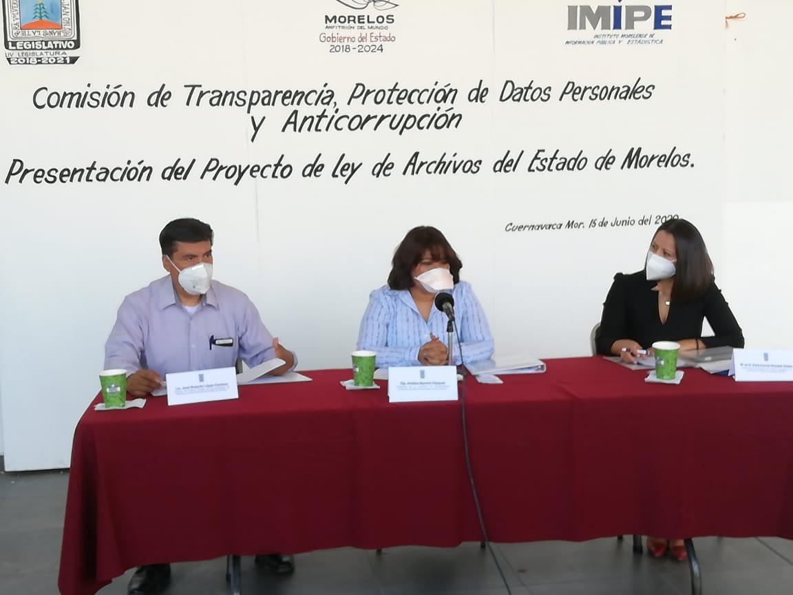 Se hace entrega de la ley de Archivos del Congreso de Morelos