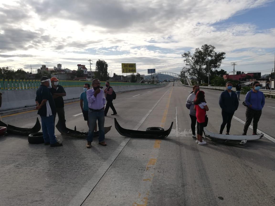 Vecinos de la Barona bloquean autopista México-Acapulco por falta de agua potable