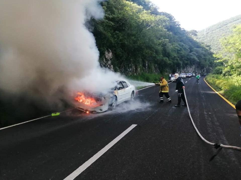 Se incendia automóvil en Cañón de Lobos